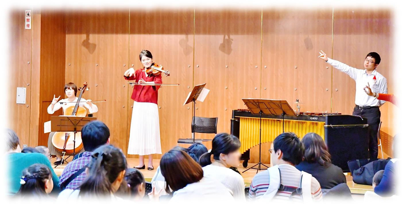 バイオリンの持ち方をみんなで練習